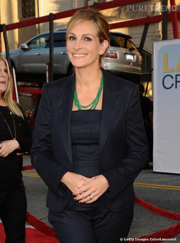 Mains jointes et sourire crispé : l'actrice aurait-elle oublié comment se tenir sur le tapis rouge ?