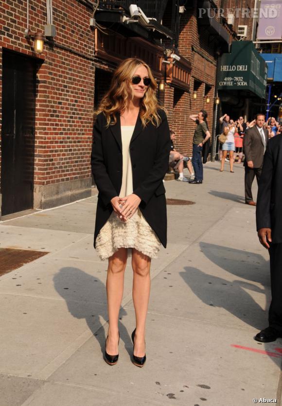 Dommage que l'actrice porte une veste de costume aussi longue, une plus courte aurait suffit.