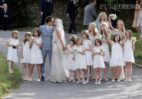 Le couple entouré de ses nombreuses demoiselles d'honneur.