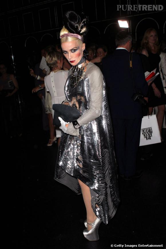 Daphne Guinness, spectaculaire au défilé Chanel HC automne/hiver 2011-2012.