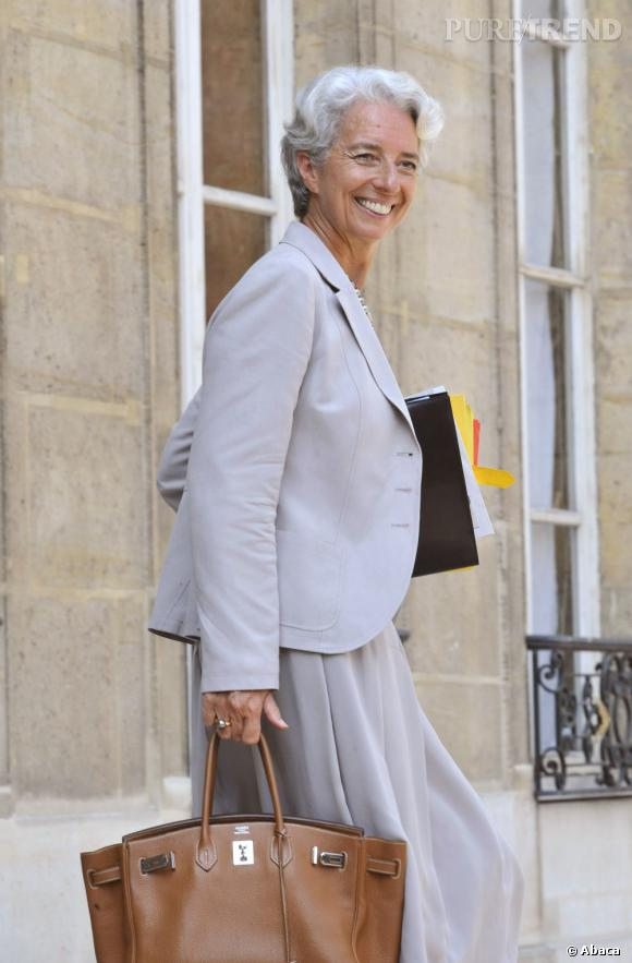 Femme de goût, elle craque pour de grandes maisons françaises comme Hermès. (son sac)