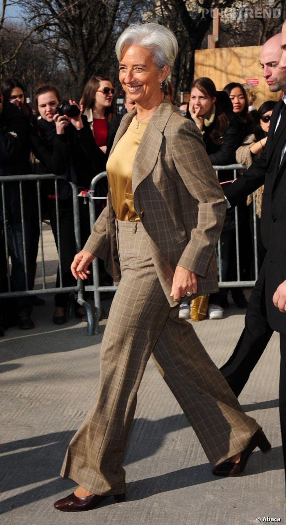Si elle affiche clairement une prédilection pour les tailleurs jupes, elle s'autorise quelques apparitions jambes couvertes. Elle mise alors sur des modèles tendances comme le flare taille haute.