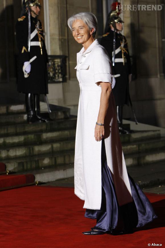 Le soir venu, l'ex-ministre affiche plus d'excentricités comme avec cette robe hybride.