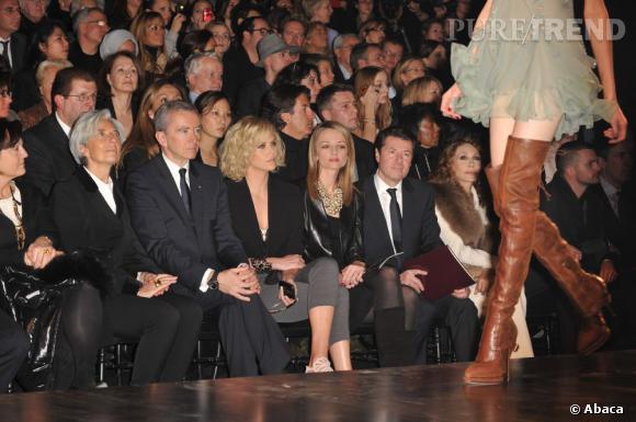 La jeune femme mise sur une tenue chic en front row du défilé Christian Dior.