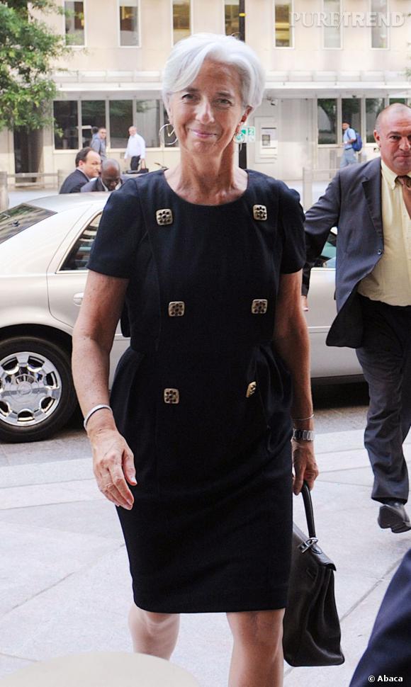 Amatrice des créations Chanel, elle pioche ses looks parmi les collections les plus récentes comme avec cette robe noire Paris-Byzance déjà vu sur Poppy Delevingne.
