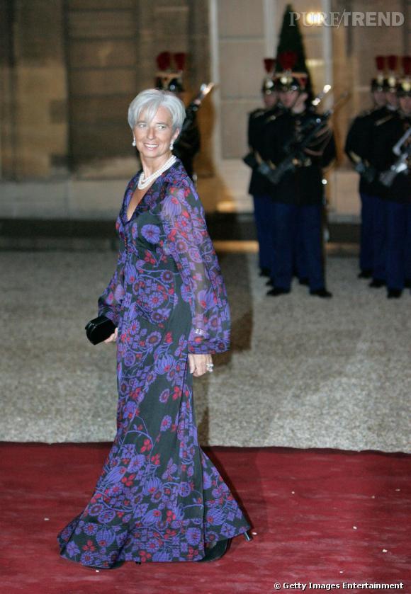 C'est encore chez Chanel qu'elle pioche ce look du soir avec un modèle japonisant très glamour.