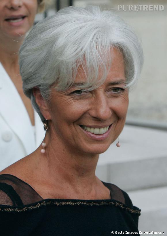 Les femmes politiques sont-elles toutes mal coiffées ? Nom : Christine Lagarde La coupe garçonne est travaillée, soigneusement brushée. Christine Lagarde arbore fièrement une chevelure poivre et sel qu'elle semble entretenir à la perfection.