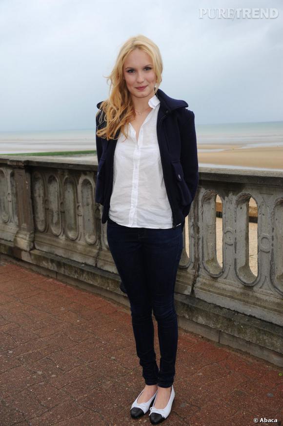 Ana Girardot s'en remet une fois de plus à Chanel au Festival de Cabourg : blouson de la collection automne-hiver 2011/2012, ballerines bicolores et sac classique Chanel, la blonde voudrait-elle devenir égérie ?