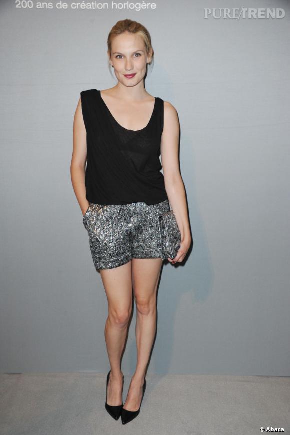 Les jolies jambes d'Ana Girardot dévoilées grâce à un mini short un peu bouffant.