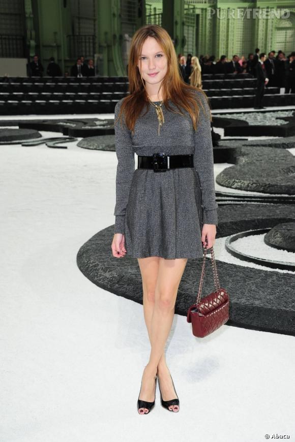 Sac Chanel et mini robe chinée, Ana Girardot devient séductrice.