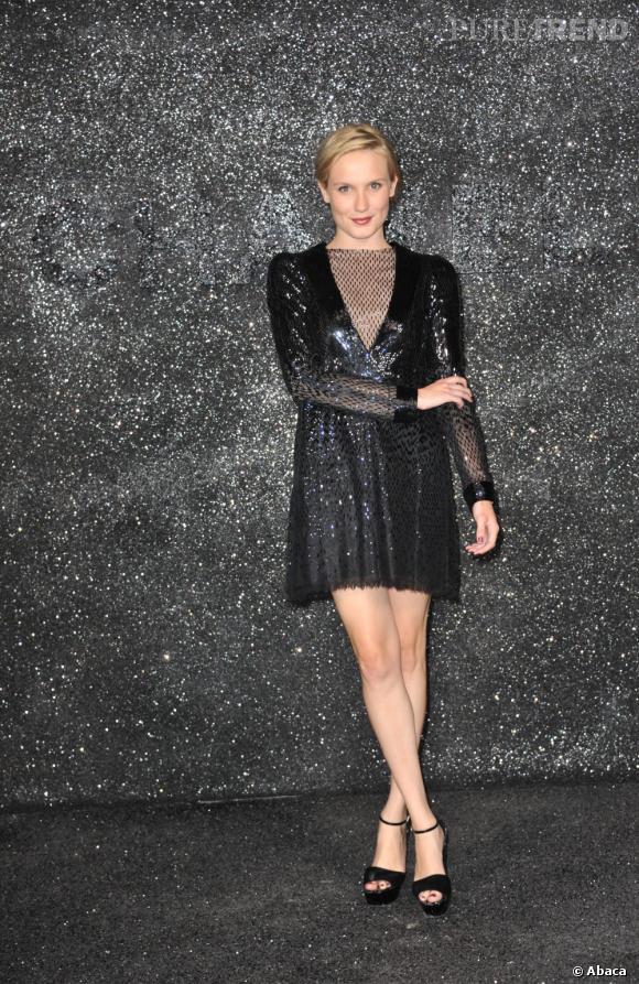 Défilé Chanel Haute Couture automne-hiver 2011/2012, Ana Girardot mise sur une pièce Couture et pailletée automne-hiver 2009/2010 de la maison pour briller autant que le mur.
