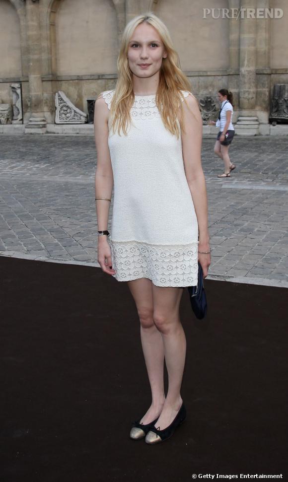 Ana Girardot porte une robe collection Croisière 2010/2011 avec des ballerines bicolores Chanel.