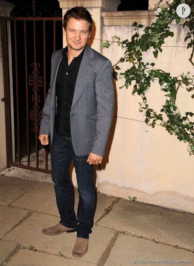 jeremy renner en jean et blazer gris. Black Bedroom Furniture Sets. Home Design Ideas