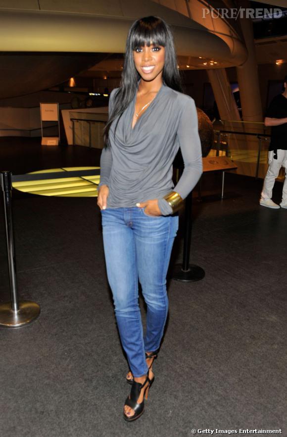 Kelly reste très simple et choisit un jean slim et un top gris.