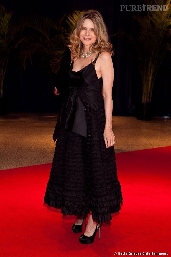 Malgré ses 53 printemps, Michelle Pfeiffer ne renonce pas aux cheveux longs ondulés et au maxi-talons hauts.