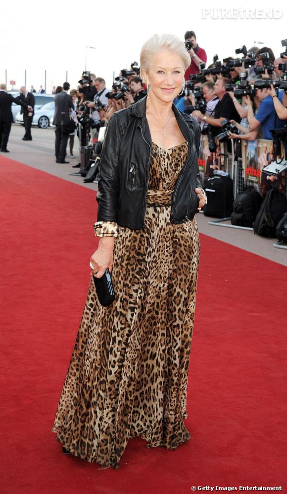 """A 66 ans, Helen Mirren vient d'être élue """"plus beau corps de l'année 2011"""". Et côté look, l'actrice ne se refuse rien : robe tigrée D&G et perfecto en cuir font partie de ses pièces quotidiennes. Rock'n roll sexagénaire!"""