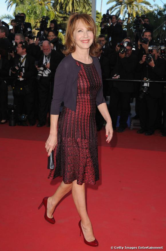 Toujours aussi souriante, Nathalie Baye foule le red carpet avec plaisir dans une petite robe rouge rétro. A soixante ans passé, l'actrice n'a rien perdu de son charme légendaire.