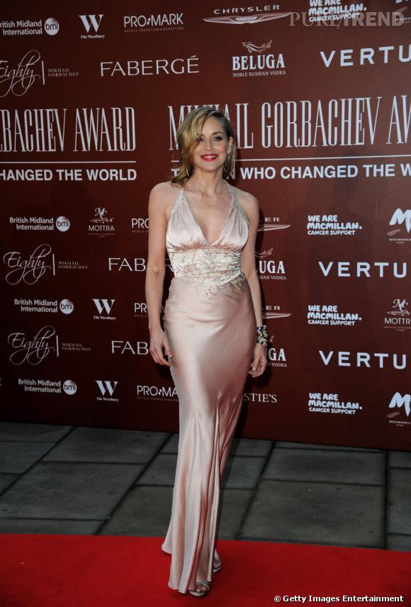 A 53 ans, Sharon Stone est probablement la plus belle des quinquagénaires. Très glamour, l'actrice mise sur des tenues rétro et des cheveux crantés pour séduire sans mal la nouvelle génération.