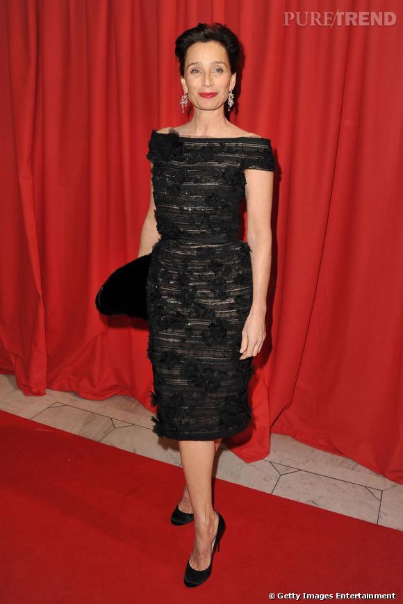 Ambassadrice du style guindé, Kristin Scott Thomas est une actrice au charme fou, la cinquantaine passée. Rouge à lèvres rouge et robes dénudées mettent en valeur sa peau laiteuse.