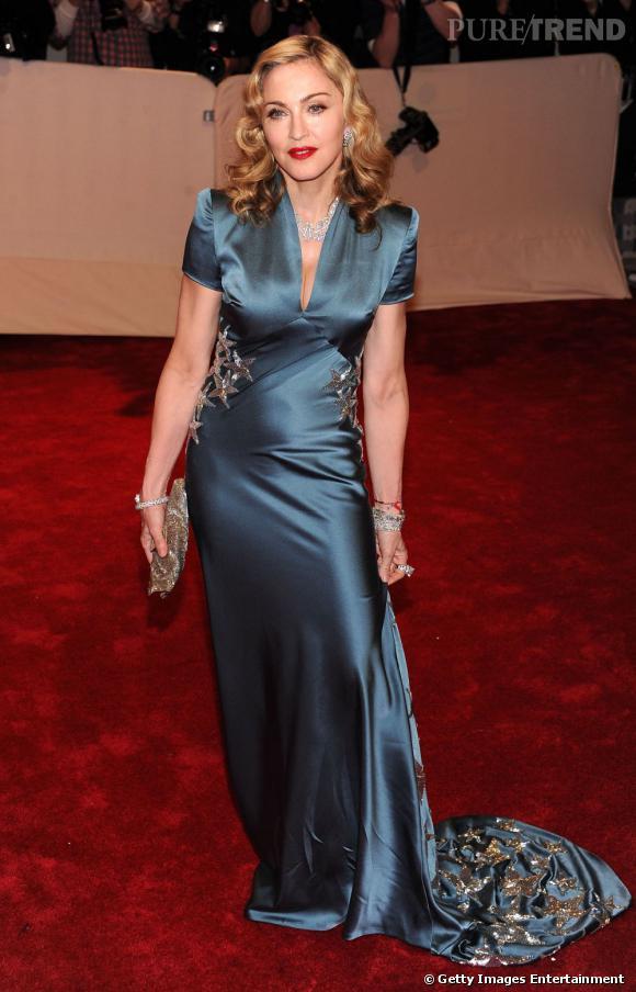 La cinquantaine passée, Madonna arbore un corps svelte et musclé à coup de pilates et de musculation quotidienne. Idéal pour paraître sexy sur le tapis rouge des CFDA.