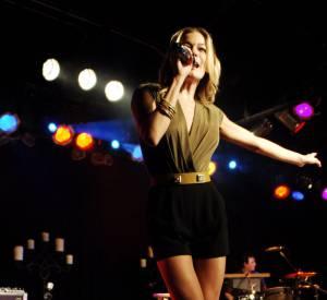 La chanteuse mise sur une mini-jupe noire et un haut drapé pour faire sensation.