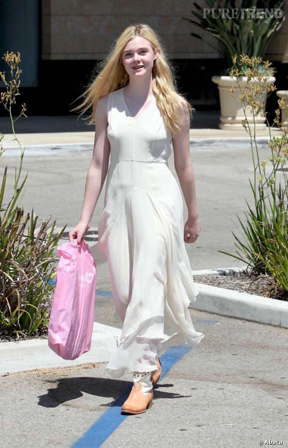 Elle Fanning fait du shopping à Los Angeles.