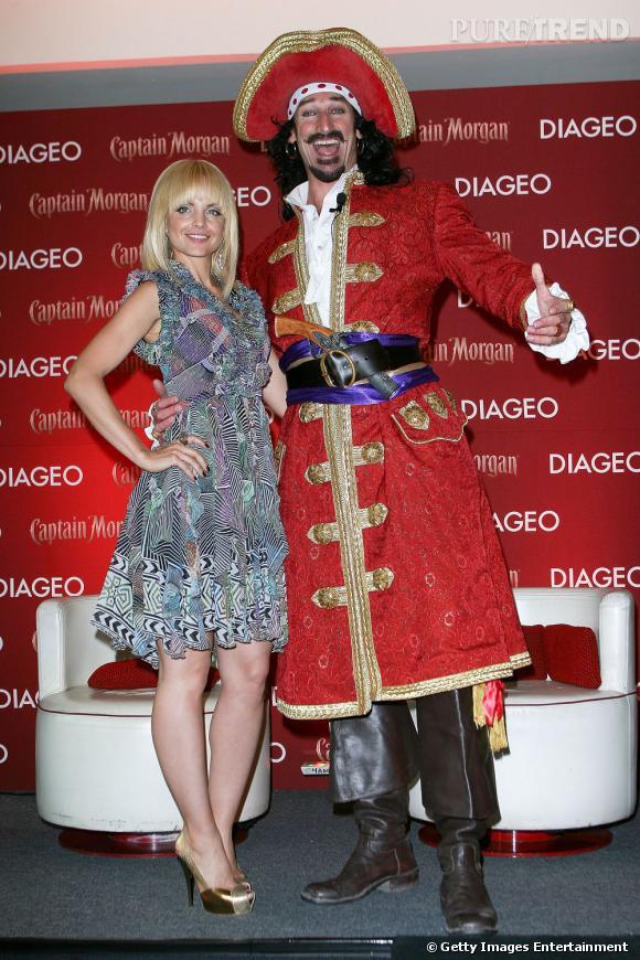 """Mena Suvari et le """"Capitaine Morgan"""" lors d'une conférence de presse de la marque de rhum."""
