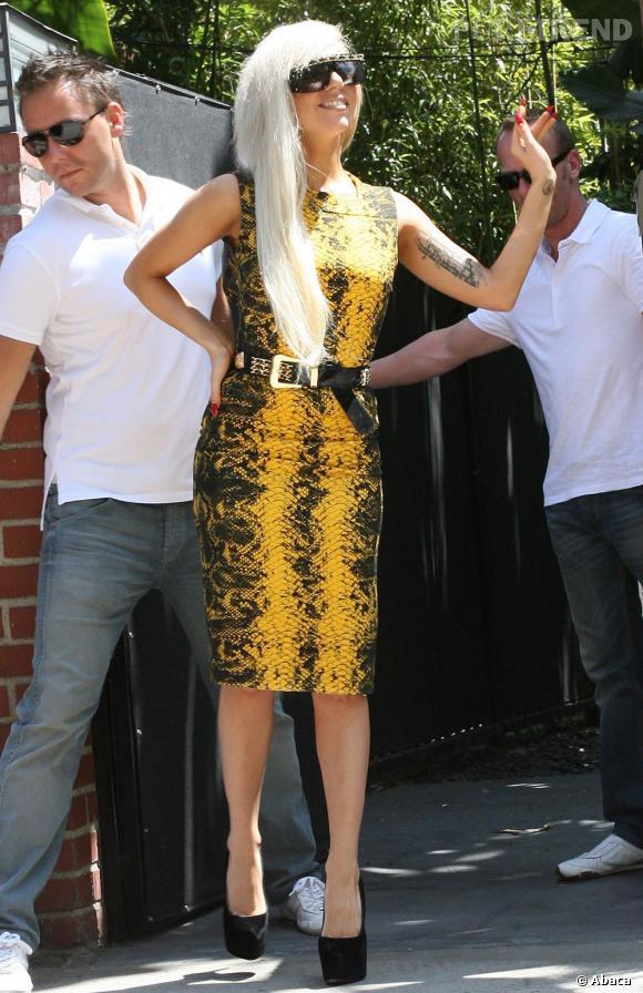 Lady Gaga opte pour une robe Versace jaune en python, qu'elle agrémente d'une paire de vertigineux escarpins à plateformes. La tenue est excentrique, mais reste chic.