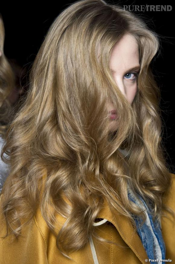 Le secret d'un brushing réussi : la patience. Pour une tenue optimale, n'hésitez pas à bien laisser sécher vos cheveux autour du bigoudi et terminez pas un coup de laque pour fixer la coiffure.