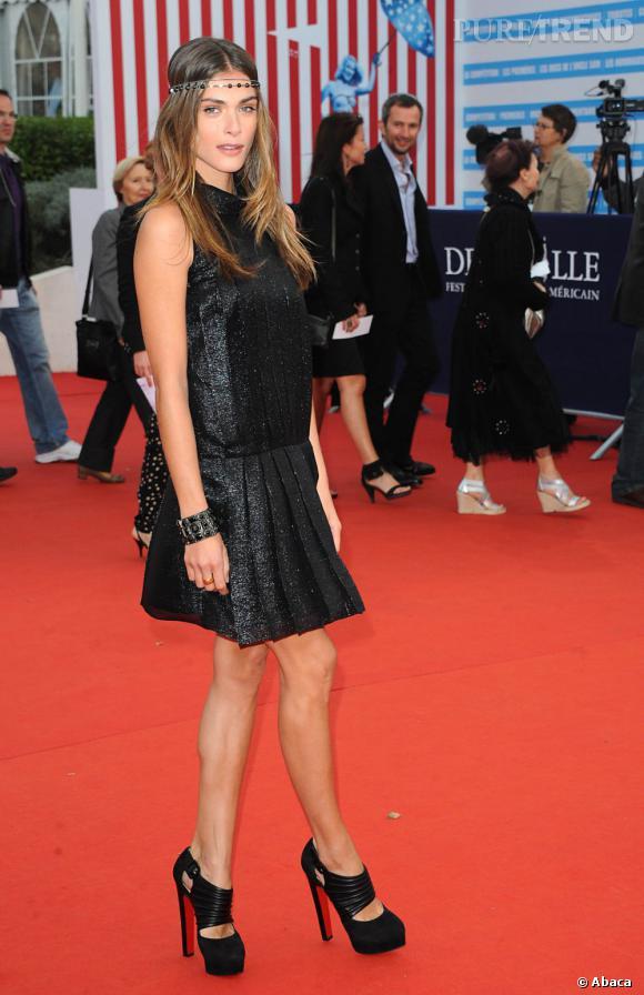 Elisa Sednaoui se la joue bohème rock avec une robe Chanel au tissu brillant et des bijoux Chanel.