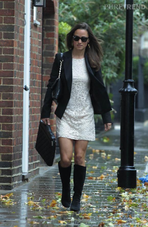 Pippa Middleton affronte la pluie avec style dans une robe en dentelle blanche.