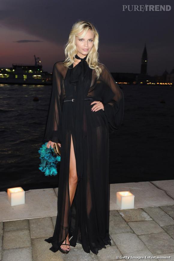 Natasha Poly déborde de séduction dans une robe transparente Gucci.