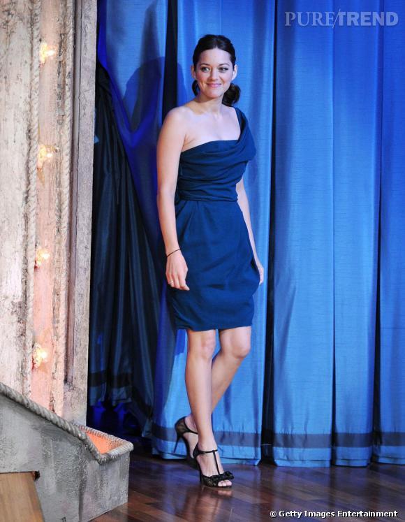 Marion Cotillard fait son retour dans une robe Lanvin drapée et one-shoulder.