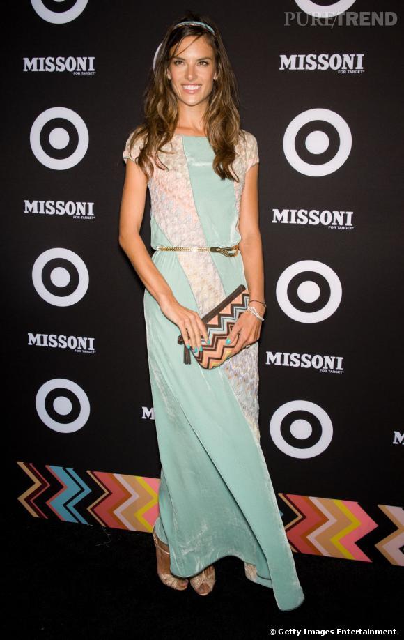 Alessandra Ambrosio casse son image de bimbo pour une allure mode griffée Missoni.