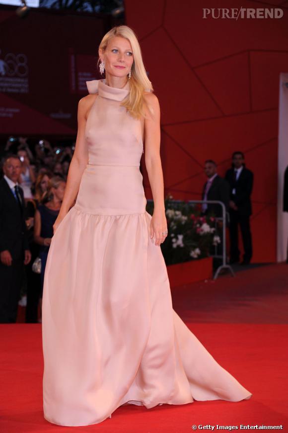 Gwyneth Paltrow enchante la Mostra dans une robe Prada rose poudré.
