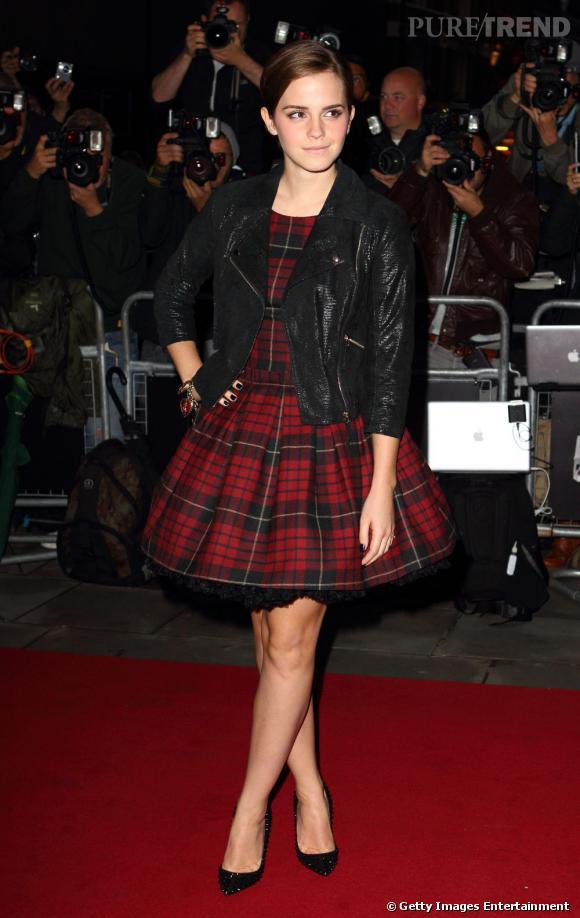 Emma Watson se la joue british et rock en mixant tartan et perfecto.