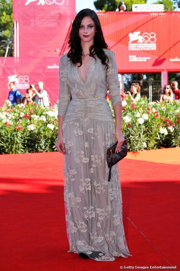 Kaya Scodelario révèle ses talents de modeuse dans une robe Burberry en dentelle façon vintage.