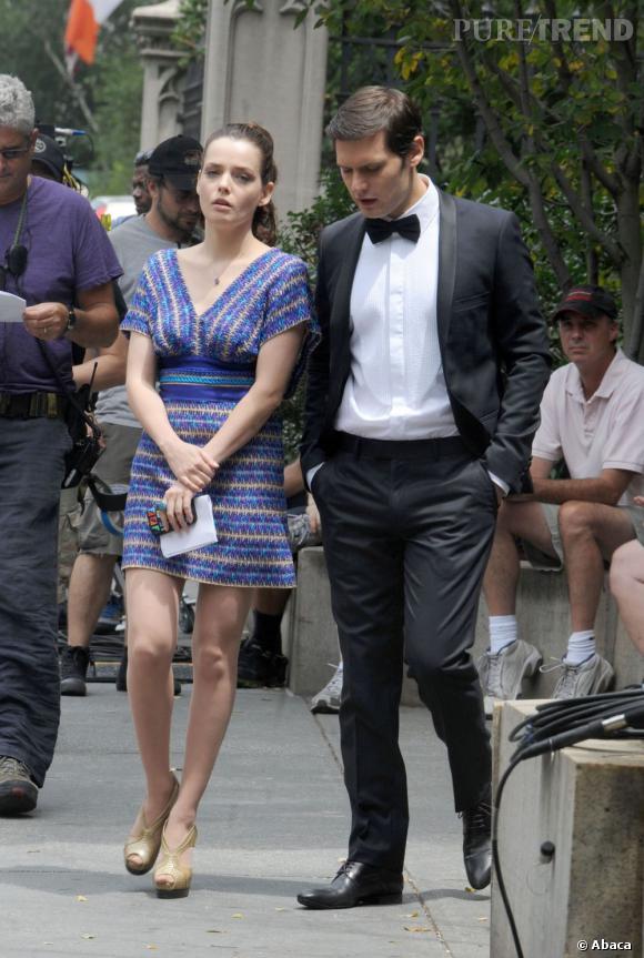 Roxane Mesquida interprète la soeur de Louis Grimaldi et arbore un joli sens du style comme le laisse deviner cette robe Missoni.