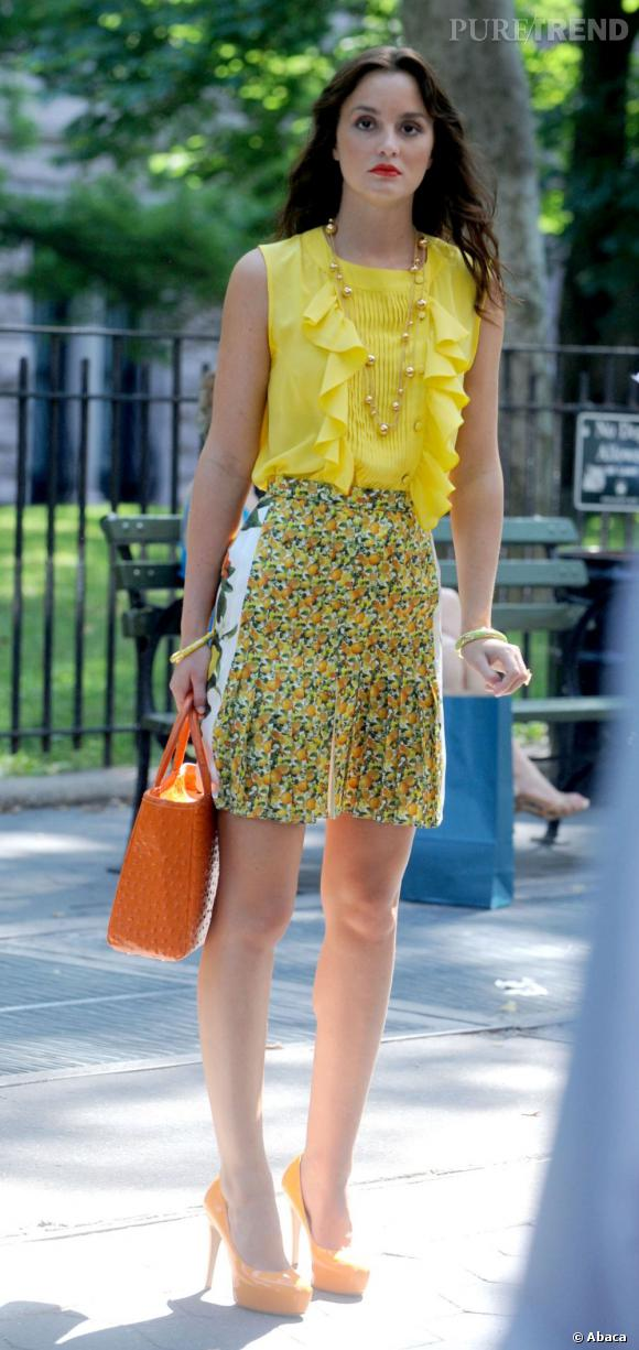Juchée sur des talons orange, Blair opte pour une tenue ultra-vitaminée avec une jupe Stella McCartney.