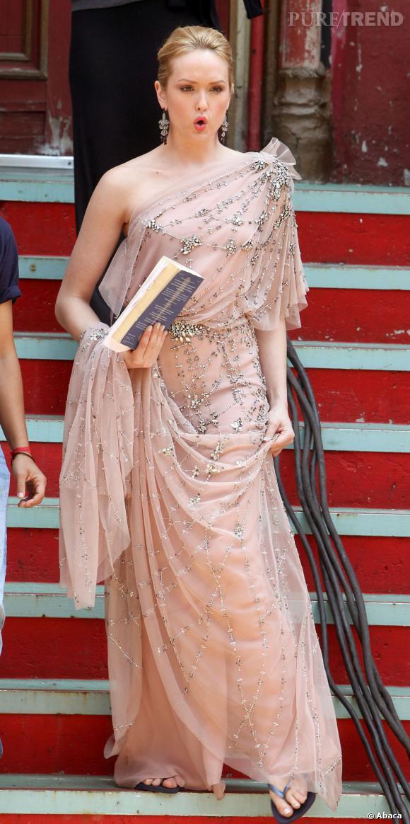 Arrivée dans le casting de la série dans la saison 4, Kaylee DeFer se défend bien côté look comme ici avec une robe one-shoulder Jenny Packham.