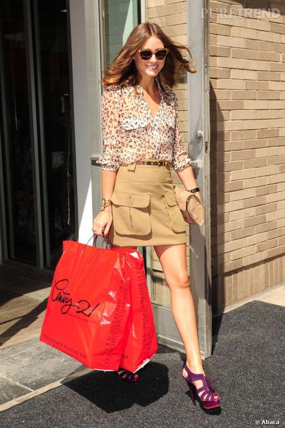 Chemise légère imprimé léopard, jupe saharienne et sandales à plateaux, Olivia Palermo est presque bling-bling.