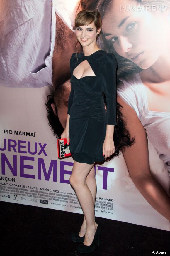La silhouette sublimée, les jambes galbées par des escarpins, Louise Bourgoin est radieuse.