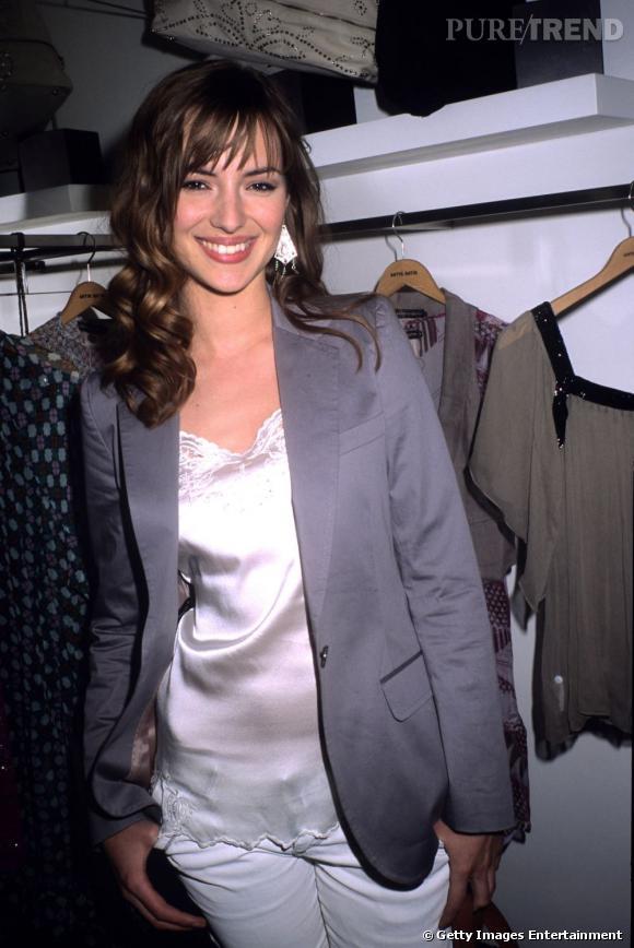 Louise Bourgoin, jolie brunette assez discrète à ses débuts, opte pour un look masculin-féminin.