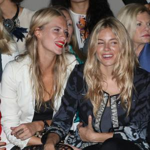 Visiblement très friendly, Sienna Miller copine aussi avec Poppy Delevingne.