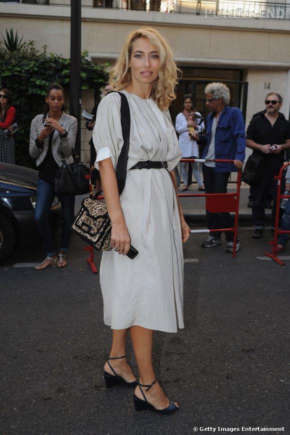 Elle complète sa tenue avec un sac issu de la dernière collection Pierre Hardy qu'elle choisit en léopard pour donner du caractère à sa tenue.
