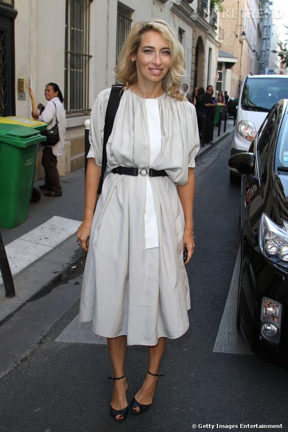 La jeune femme mise sur une robe Croisière 2012 Balenciaga. Un modèle minimaliste et ample qu'elle dompte avec style à l'aide d'une ceinture lui redessinant les courbes.