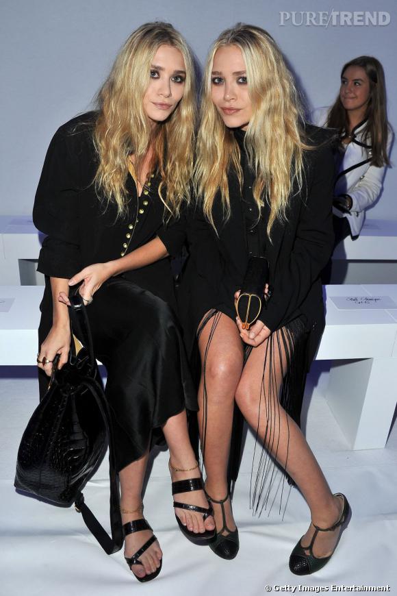 Ashley (à gauche) est plus discrete en robe noire tandis que Mary-Kate dévoile ses jambes grâce à un jeu de franges.