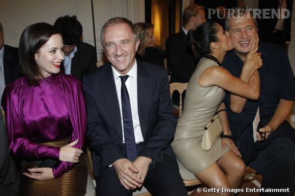 Emily Blunt et Francois Henri Pinault copinent tandis que Salma Hayek craque pour Mario Testino au défilé Yves Saint Laurent.