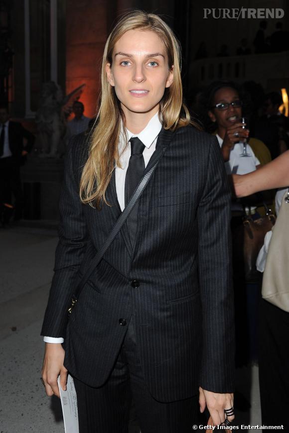 Gaia Repossi opte pour un look franchement masculin lors du défilé Yves Saint Laurent.