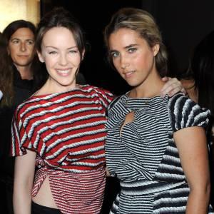 Kylie Minogue et Vahina Giocante craquent pour le même style d'imprimés chez Yves Saint Laurent.